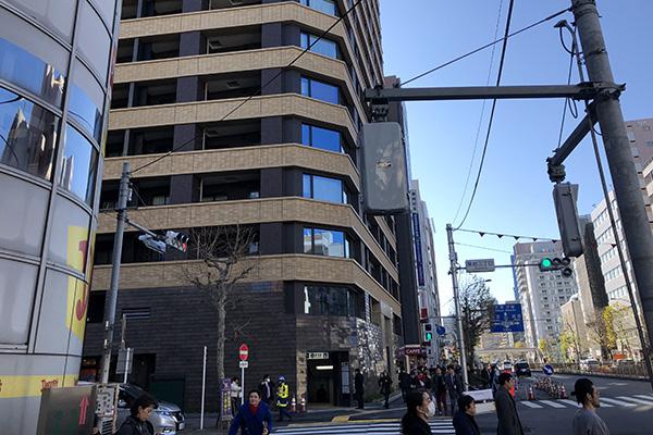 左角にデニーズがあ真っすぐ進み、「築地3丁目」の信号を渡って左折してください