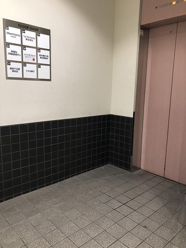 エレベータで5階へあがってください